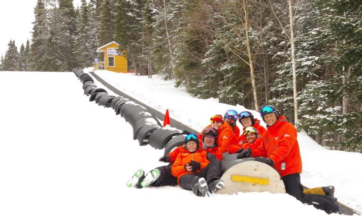 Les moniteurs de l'École des Neiges offrent un tapis magique au centre de ski Mont-Vidéo!